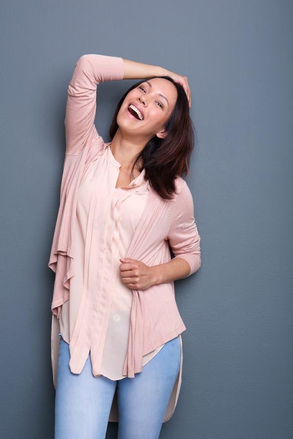 Het jonge Aziatische vrouw glimlachen stock foto