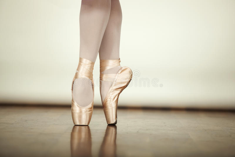 Het jonge ballerina dansen royalty-vrije stock fotografie