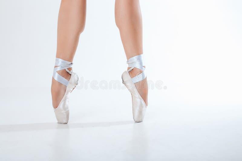 Het jonge ballerina dansen, close-up op benen en schoenen royalty-vrije stock foto