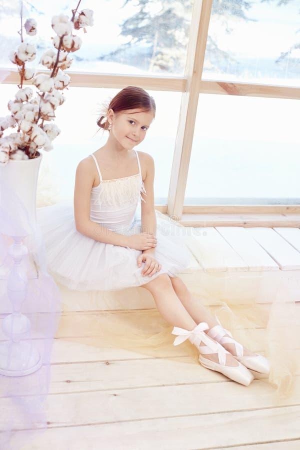 Het jonge ballerinameisje treft voor balletprestaties voorbereidingen Litt royalty-vrije stock foto's