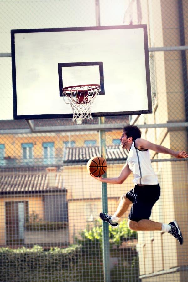 Het jonge basketbalspeler spelen met energie royalty-vrije stock fotografie