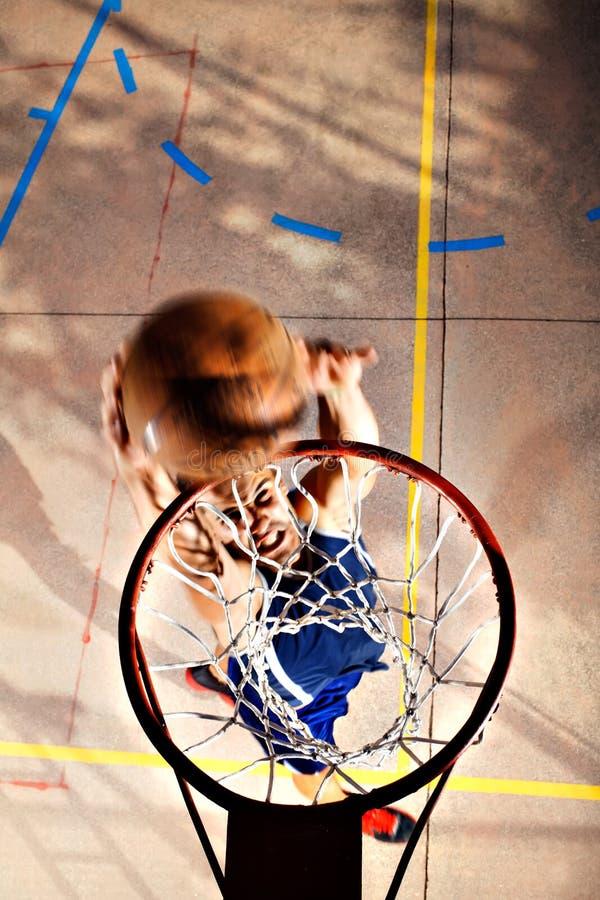 Het jonge basketbalspeler spelen met energie stock foto's