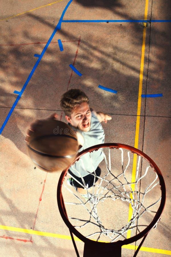 Het jonge basketbalspeler spelen met energie royalty-vrije stock foto's