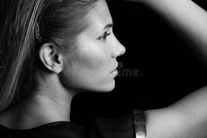 Het jonge beautful portret van het blondemeisje in zwart-wit royalty-vrije stock afbeelding