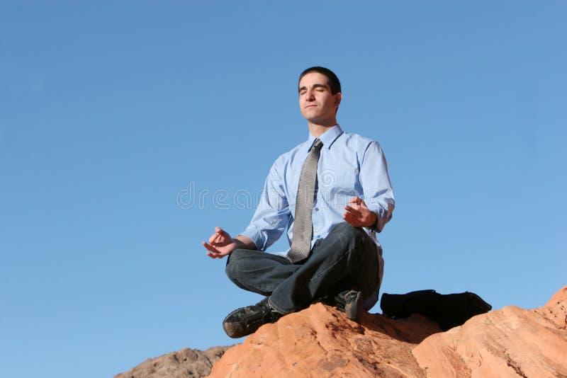 Het jonge bedrijfsmens mediteren stock foto's
