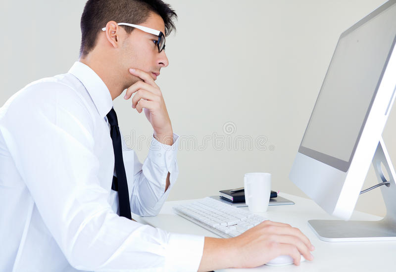 Het jonge bedrijfsmensenwerk in modern bureau op computer royalty-vrije stock afbeelding