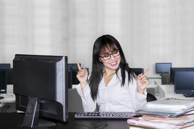 Het jonge bedrijfsvrouw uitdrukken gelukkig in bureau stock afbeeldingen