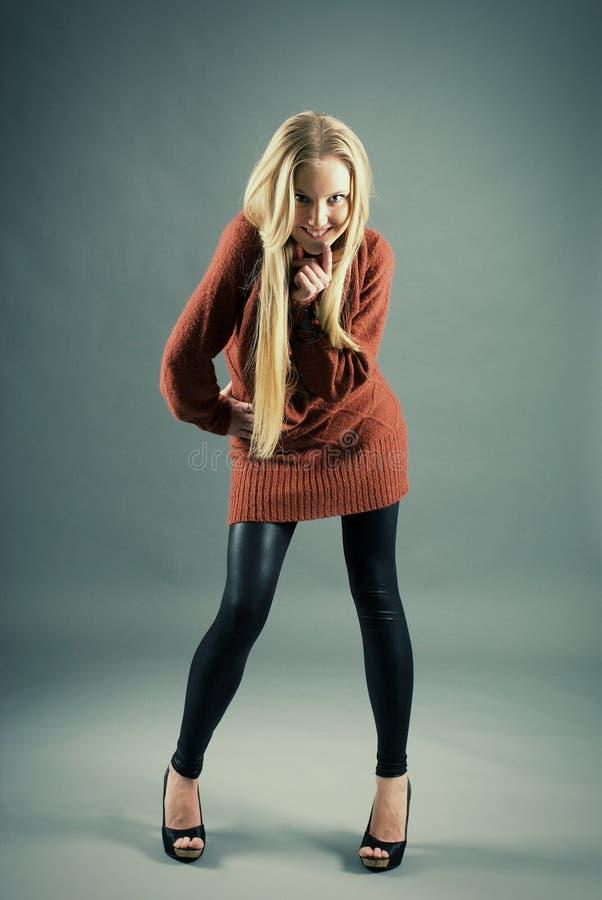 Het jonge blonde meisje krast woedend stock afbeelding