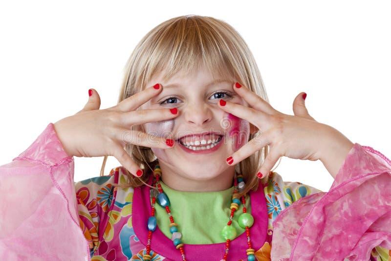 Het jonge blonde meisje toont rode vingernagels en lacht royalty-vrije stock fotografie
