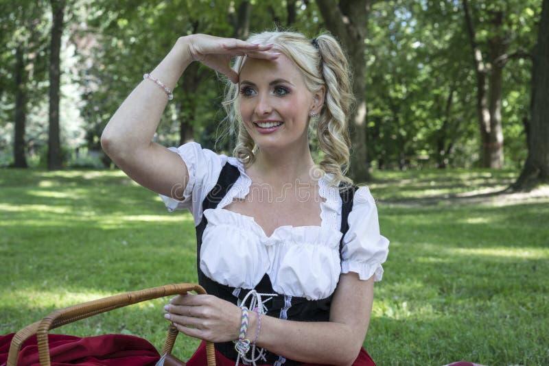 Het jonge blonde vrouw vooruitzien stock afbeelding