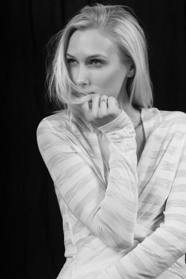 Het jonge Blonde Vrouwelijke Denken royalty-vrije stock foto's