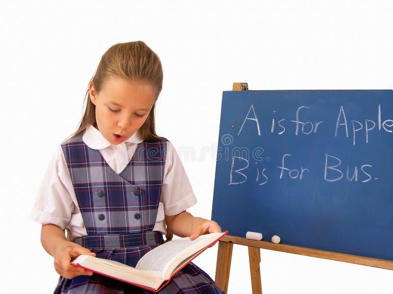 Het jonge boek van de meisjeslezing stock foto's