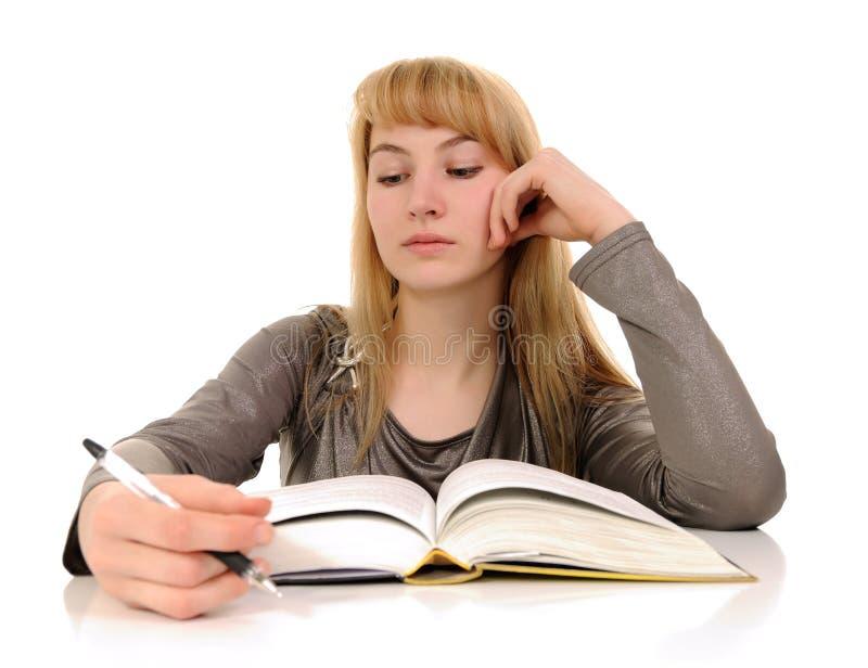 Het jonge boek van de vrouwenlezing stock afbeeldingen