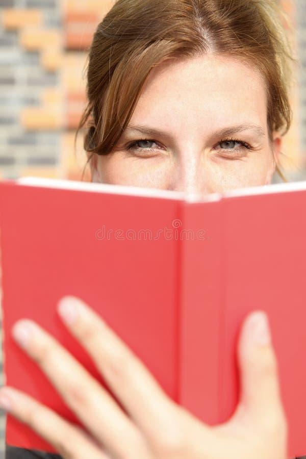 Het jonge boek van de vrouwenlezing stock afbeelding