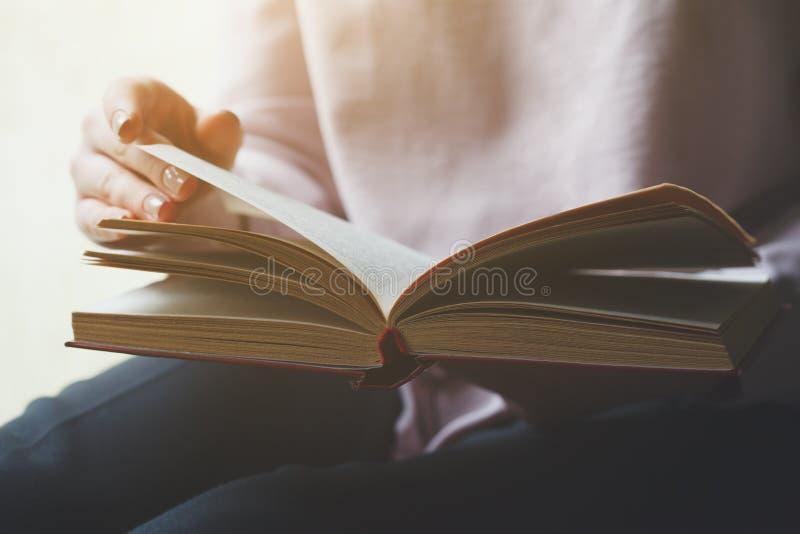 Het jonge boek van de vrouwenlezing stock foto's