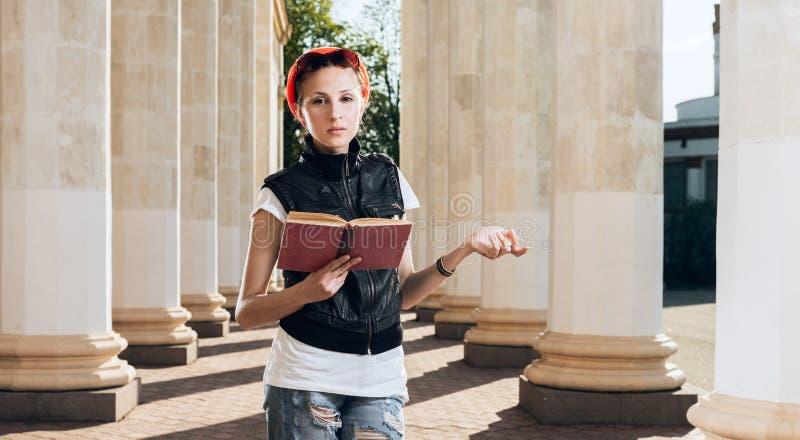 Het jonge boek van de vrouwenlezing in het park royalty-vrije stock foto