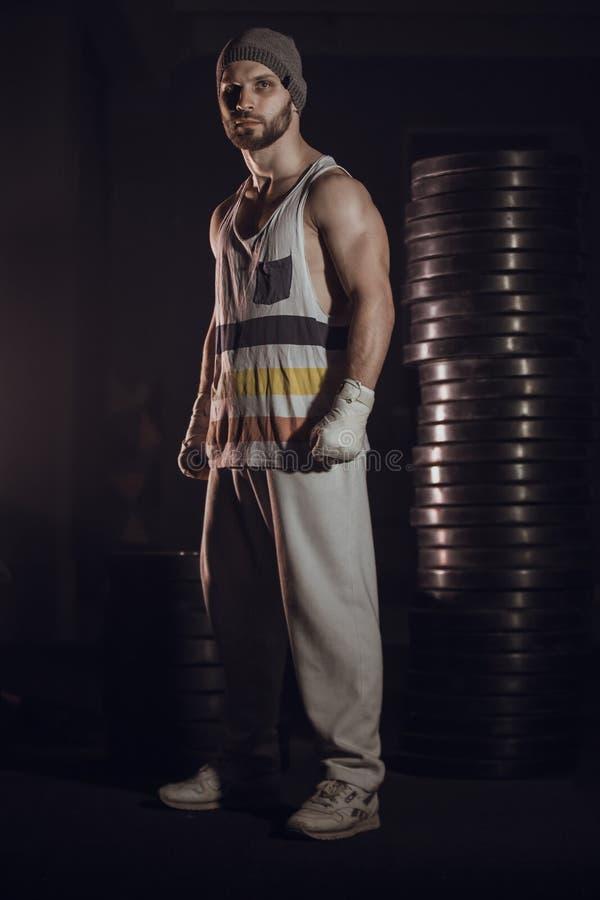 Het jonge bokser vechten met verbonden vuisten stock afbeeldingen
