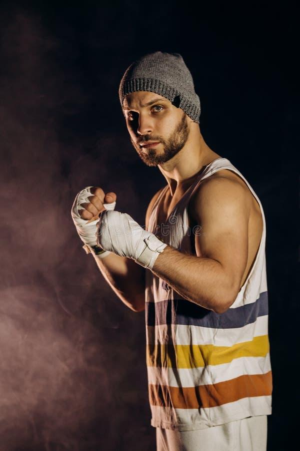 Het jonge bokser vechten met verbonden vuisten royalty-vrije stock afbeelding