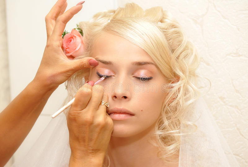 Het jonge bruid doen maakt omhoog stock afbeelding