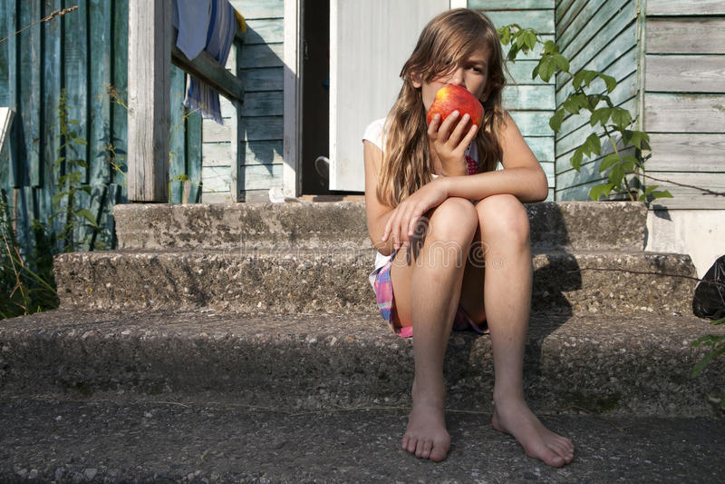 jong charmant donkerbruin meisje die groene appel bijten stock foto