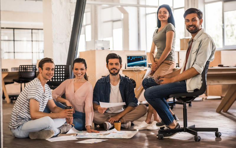 Het jonge commerciële team werken royalty-vrije stock afbeeldingen