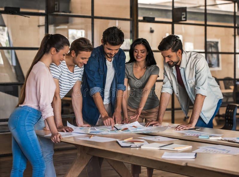 Het jonge commerciële team werken stock fotografie