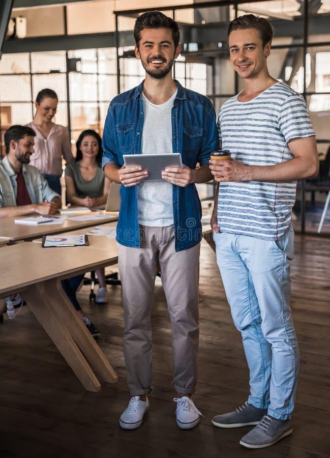 Het jonge commerciële team werken stock foto's