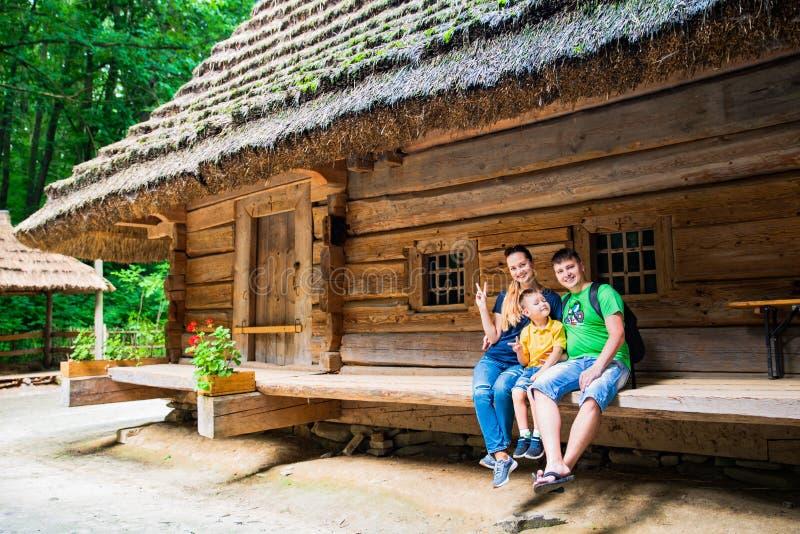 het jonge de vaderzoon van de familiemoeder stellen voor historisch Oekra?ens huis royalty-vrije stock foto's