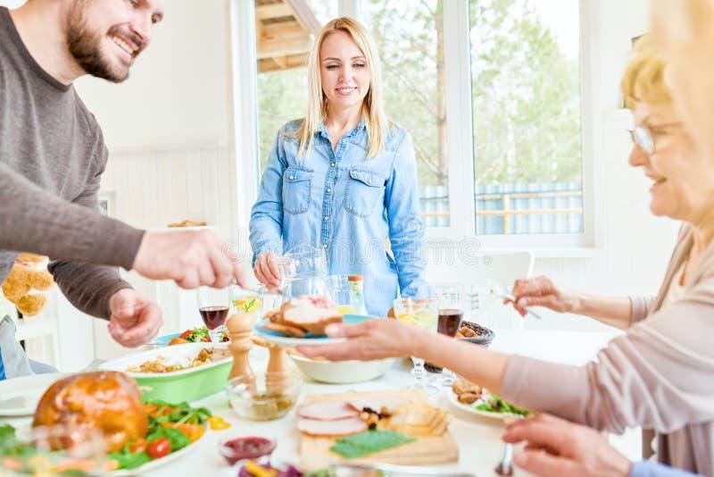 Het jonge Diner van de Vrouwen Ontvangende Familie stock fotografie