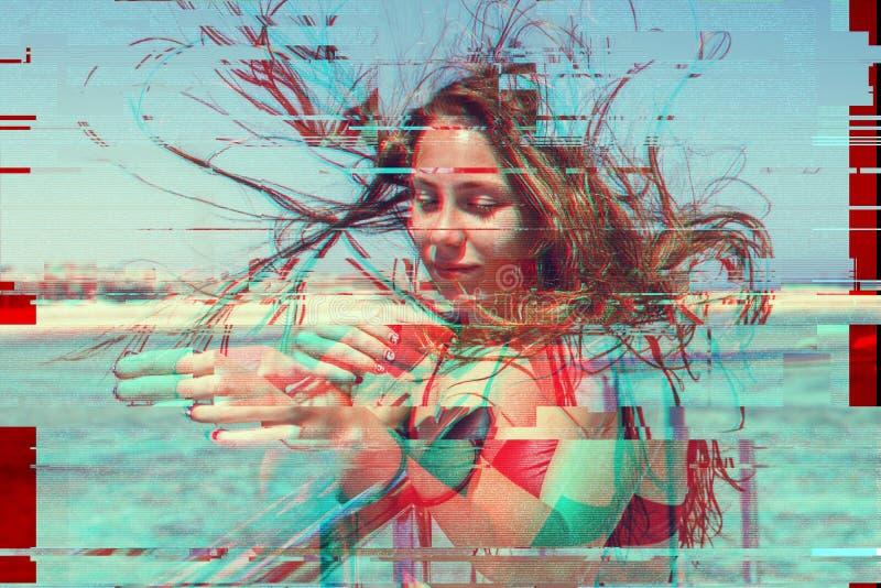 Het jonge donkerbruine meisje in een zwart badpak ontwikkelt haar op zee op een jacht Exotische schoonheid Een hoge resolutie Gli stock fotografie