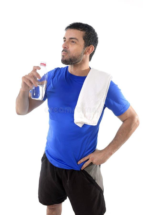 Het jonge drinkwater van de aantrekkelijke en atletieksportmens royalty-vrije stock afbeelding
