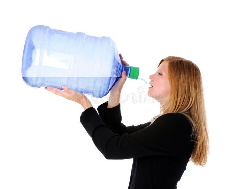 Het jonge Drinkwater van de Onderneemster stock foto's
