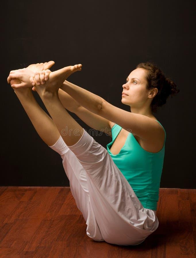 Het jonge echte yogainstructeur praktizeren royalty-vrije stock afbeeldingen