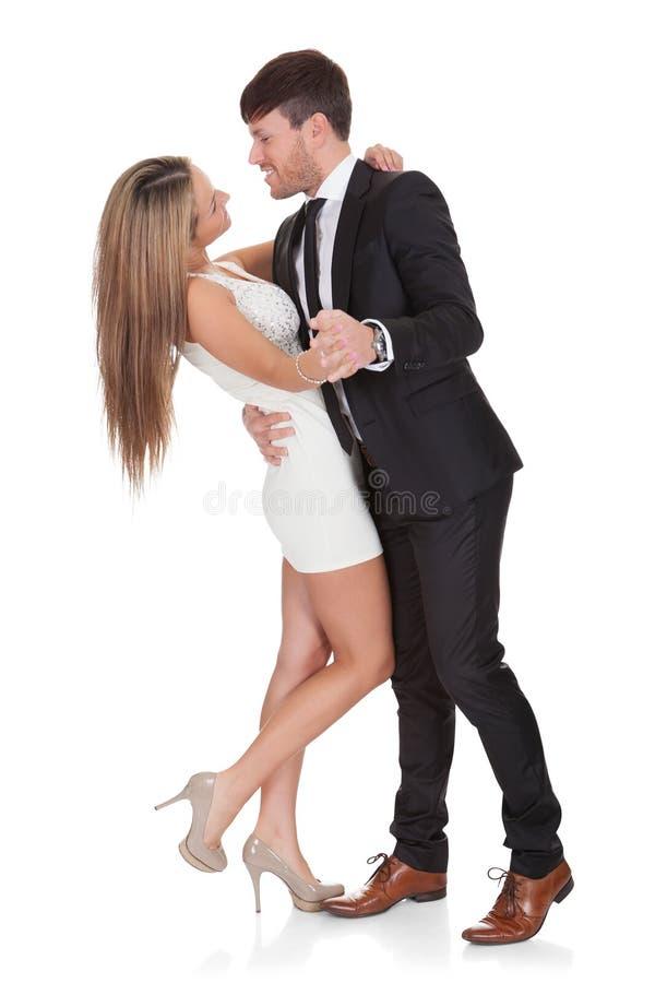 Het jonge elegante paar dansen stock foto's