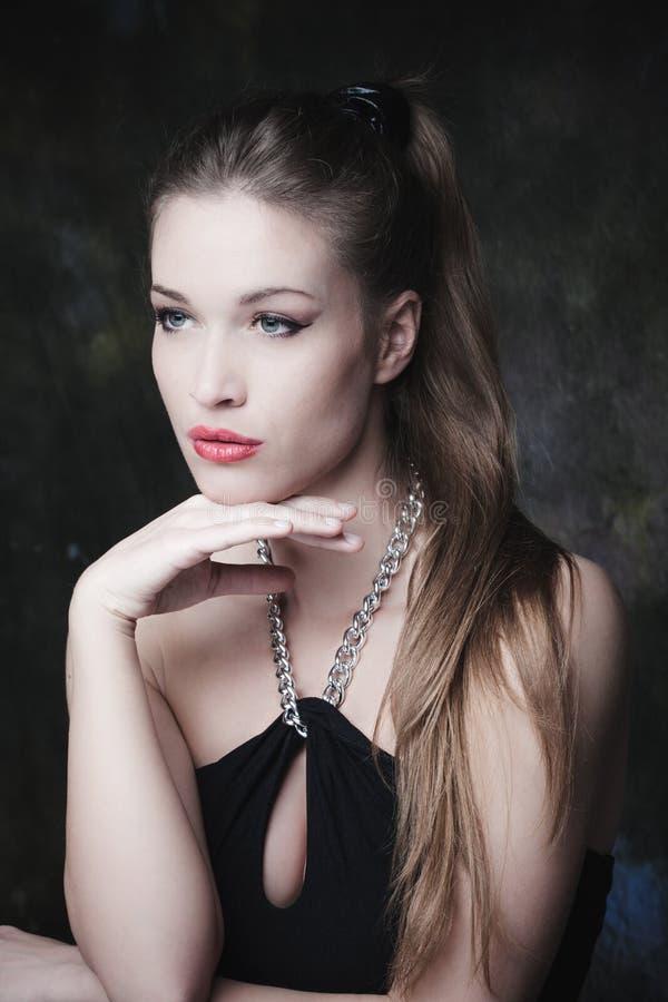 Het jonge elegante portret van de vrouwenschoonheid royalty-vrije stock fotografie