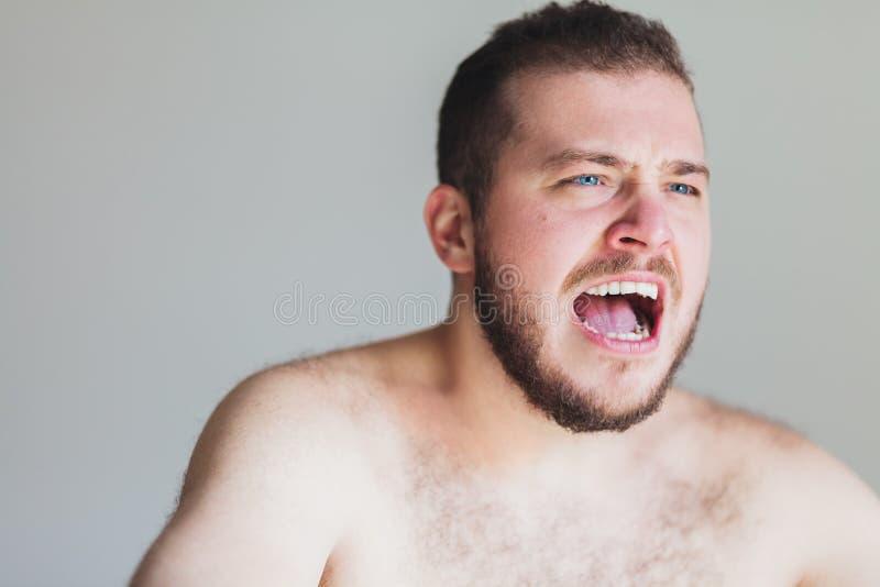 Het jonge emotionele mens gillen royalty-vrije stock foto