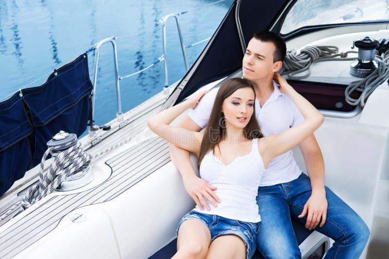 Het jonge en gelukkige paar ontspannen op een boot royalty-vrije stock foto