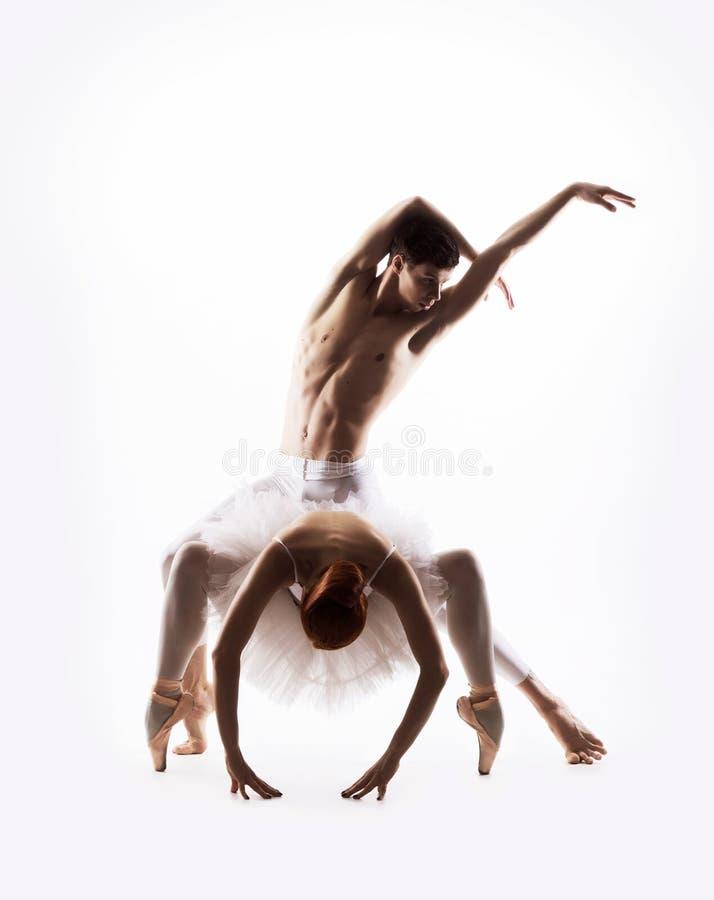 Het jonge en sexy balletpaar dansen royalty-vrije stock afbeelding