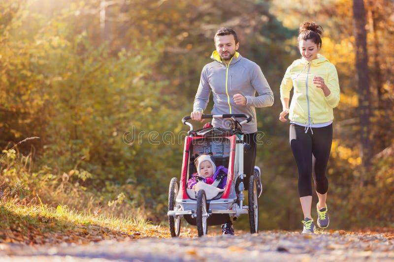 Het jonge familie lopen royalty-vrije stock afbeeldingen
