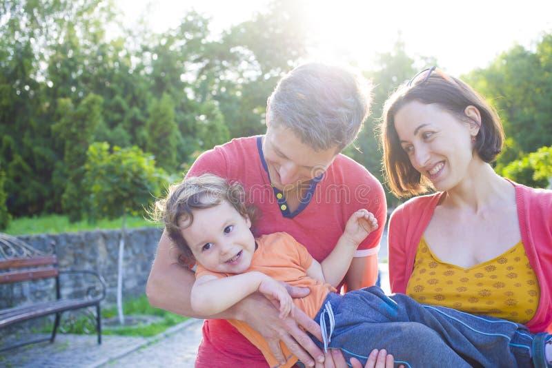 Het jonge familie spelen met een klein kind royalty-vrije stock foto's