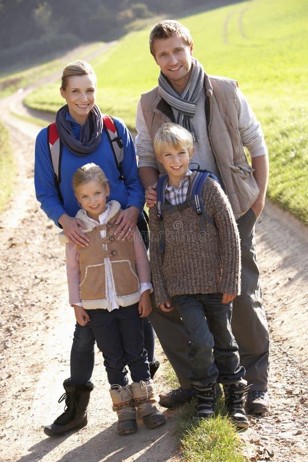 Het jonge familie stellen in park stock afbeelding