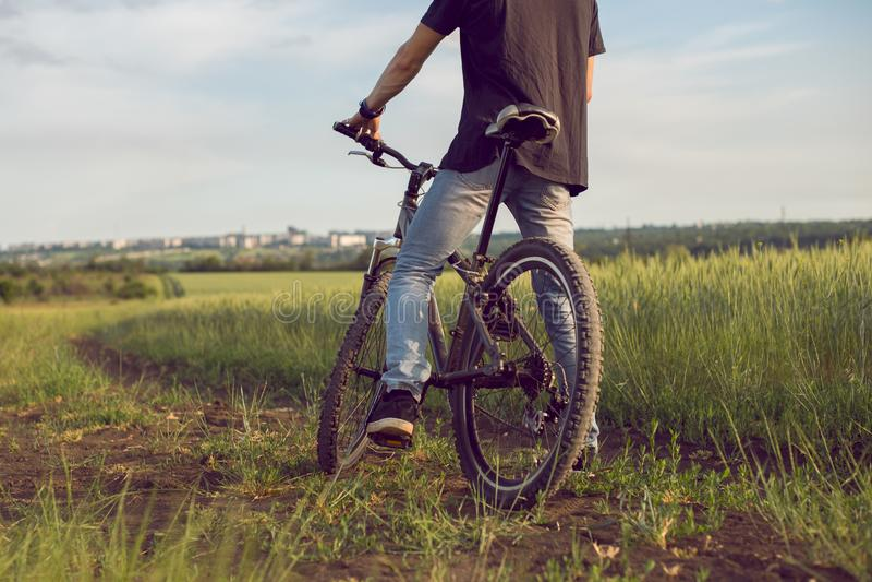 Het jonge fietser berijden In het hele land, het cirkelen, activiteit en sporten Milieuvriendelijk vervoer, schone lucht, activit stock foto