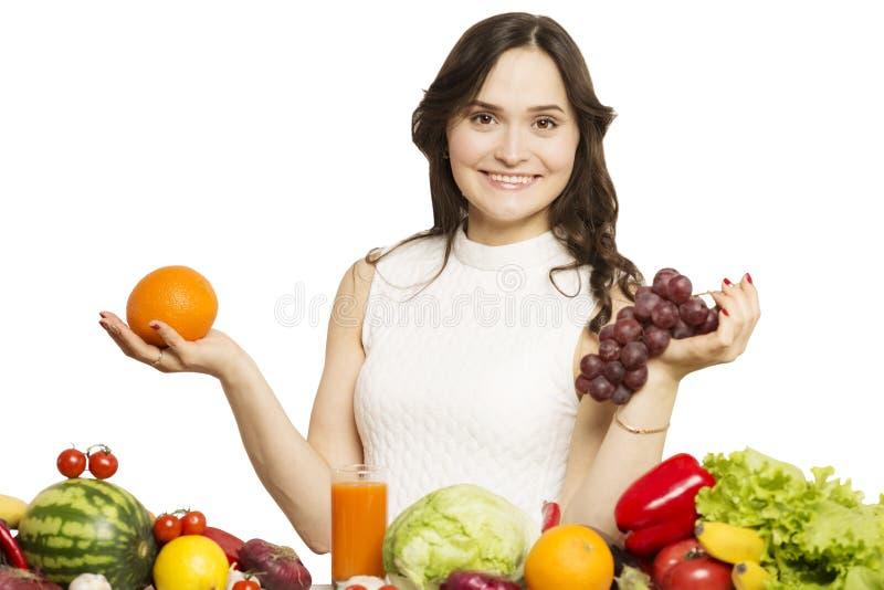 Het jonge fruit van de vrouwenholding in haar handen en het glimlachen royalty-vrije stock afbeeldingen