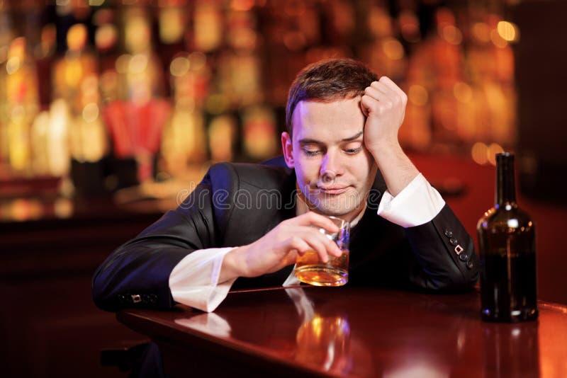 Het jonge gedronken mens drinken stock afbeeldingen