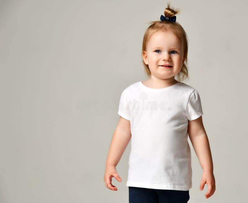 Het jonge geitje die van het de babymeisje van het peuterkind zich in witte vrije tekst ruimtet-shirt bevinden royalty-vrije stock afbeeldingen