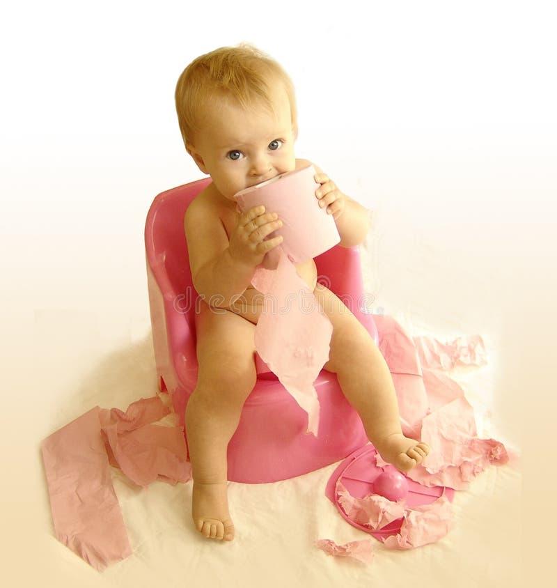 Het jonge geitje met een toiletpapier royalty-vrije stock fotografie