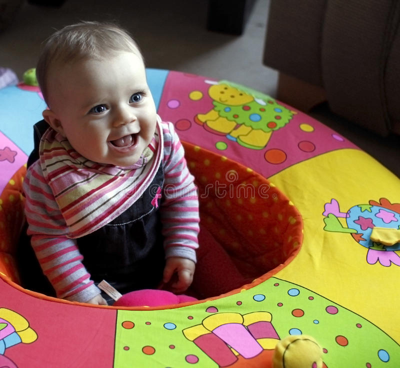 Het jonge geitje van de baby in box het lachen stock afbeelding