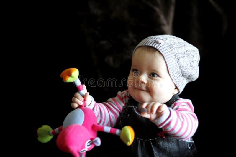 Het jonge geitje van de baby het spelen met stuk speelgoed royalty-vrije stock afbeeldingen
