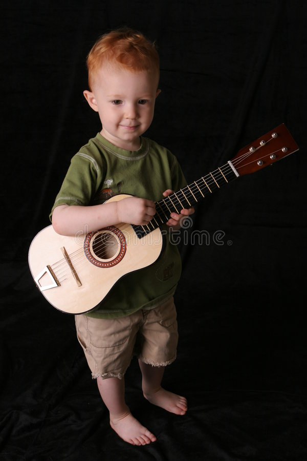 Het jonge geitje van de gitaar op zwart hoogtepunt stock fotografie