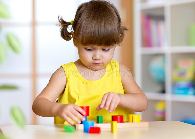 Het jonge geitje van het kindmeisje het spelen met sorteerdersspeelgoed stock fotografie